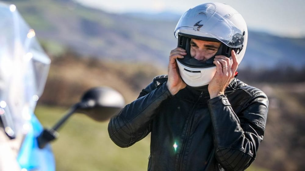 uomo che indossa casco