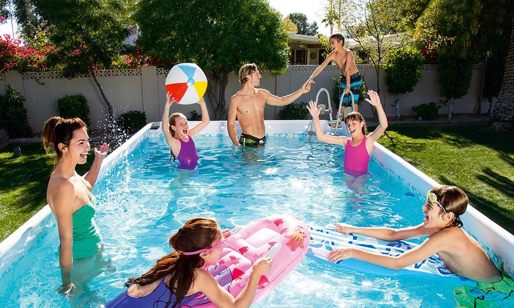 gente che gioca nella piscina fuori terra
