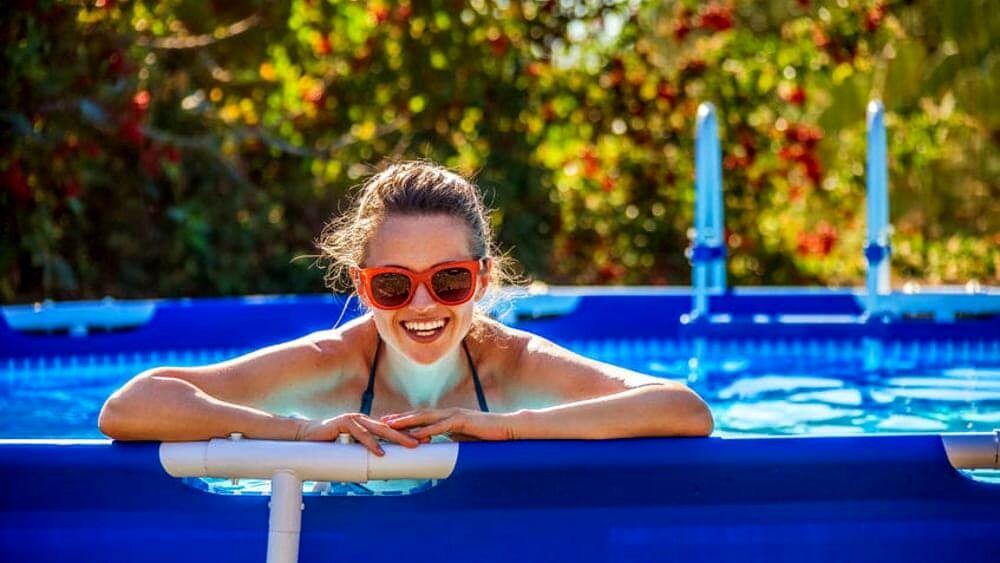 ragazza a bordo piscina